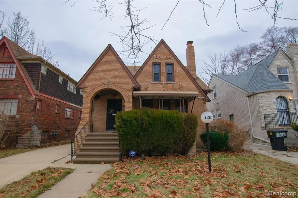 Under 75k Thursday C 1927 Brick Handyman Special In Detroit Mi 59 900 Old House Calling In 2020 Historic Homes For Sale Old Houses Historic Homes