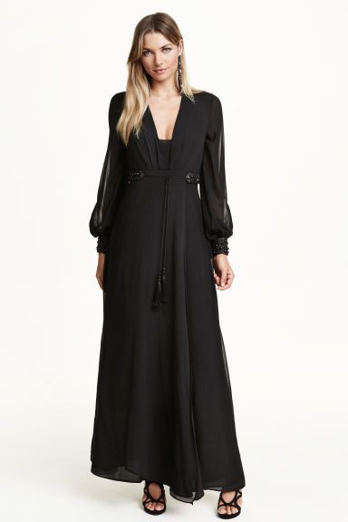 395d091490965 Robe en mousseline  Robe longue en mousseline double épaisseur. Modèle à  manches longues avec encolure en V, ceinture à nouer et poignets en  imitation cuir, ...