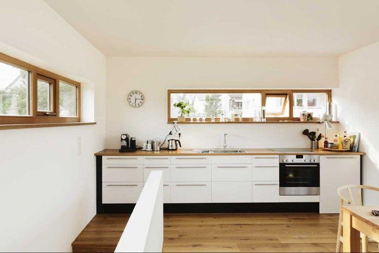 Die Küche im Obergeschoss ist auf eine Zeile an der Straßenseite reduziert | Atelier Fischer ©Thomas Nutt, Hamburg