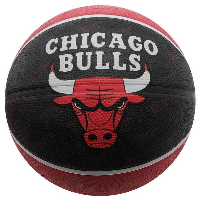 premium selection 9e6ef 30c14 Balón Spalding Chicago Bulls, de goma de alta calidad para uso interior y  exterior, con el diseño exclusivo del equipo de la NBA, los Chicago Bulls.