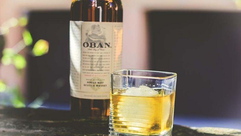 Bicchiere di whisky scozzese oban 14 degustazione dei