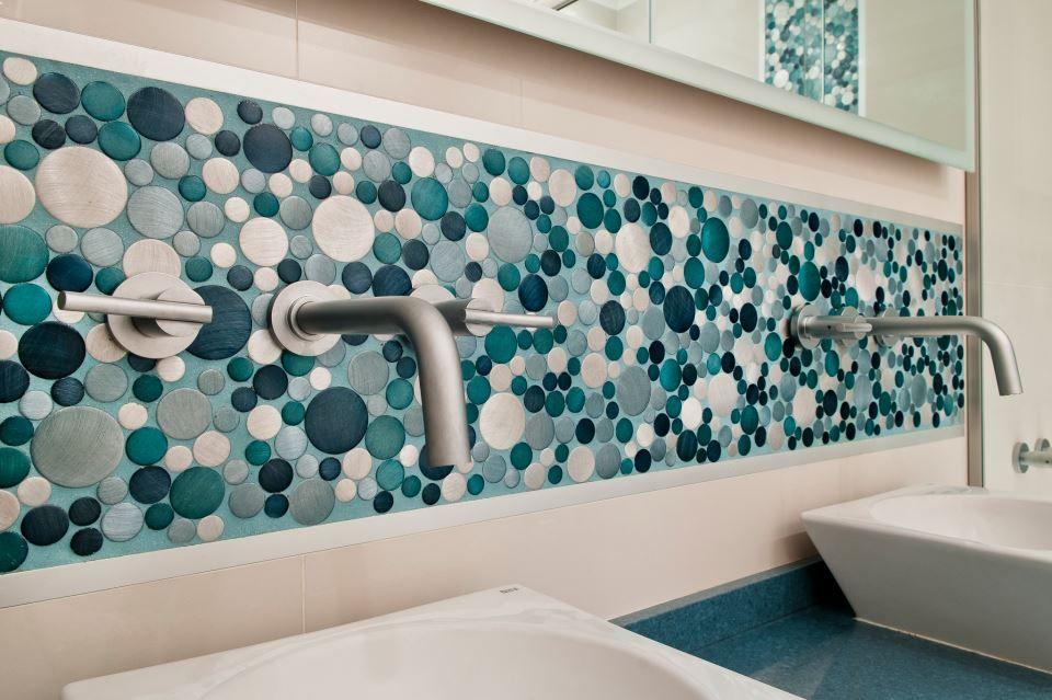 Guarda celeste mix mosaiquismo pinterest bathroom for Revestimiento de banos con guardas