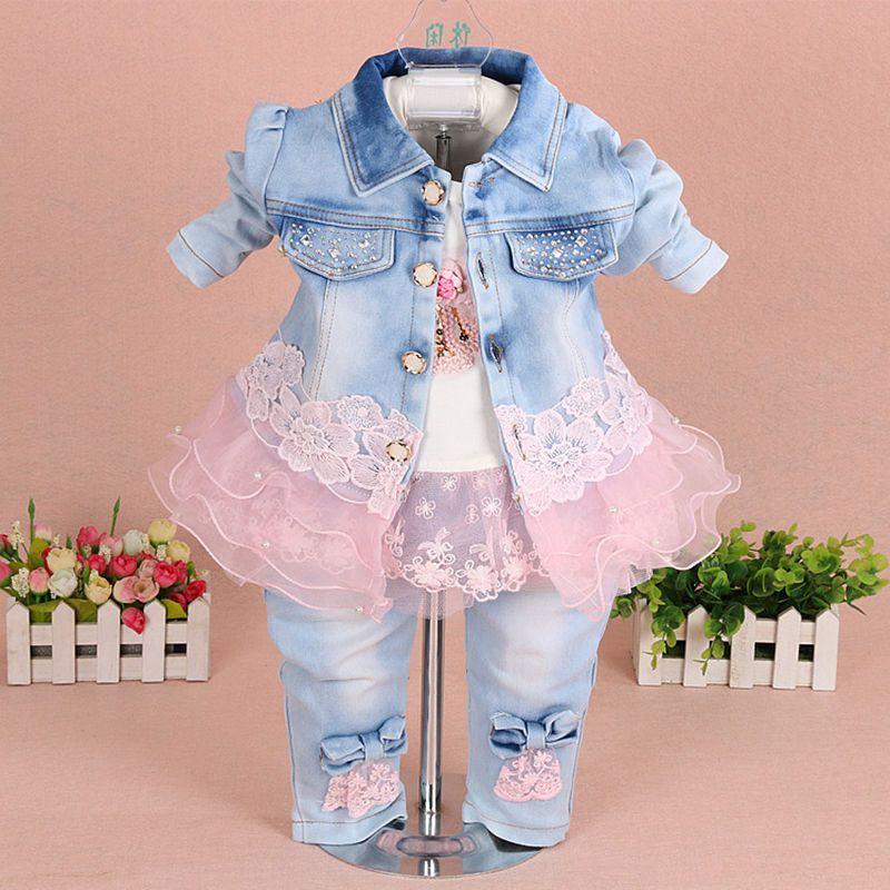 dc962af6c Barato Menina Roupa do bebê Conjuntos 2017 Nova Moda Rendas Floral Denim  Jacket + T shirt + Calça Jeans Crianças 3 pcs terno Infantil Roupa Do Bebê