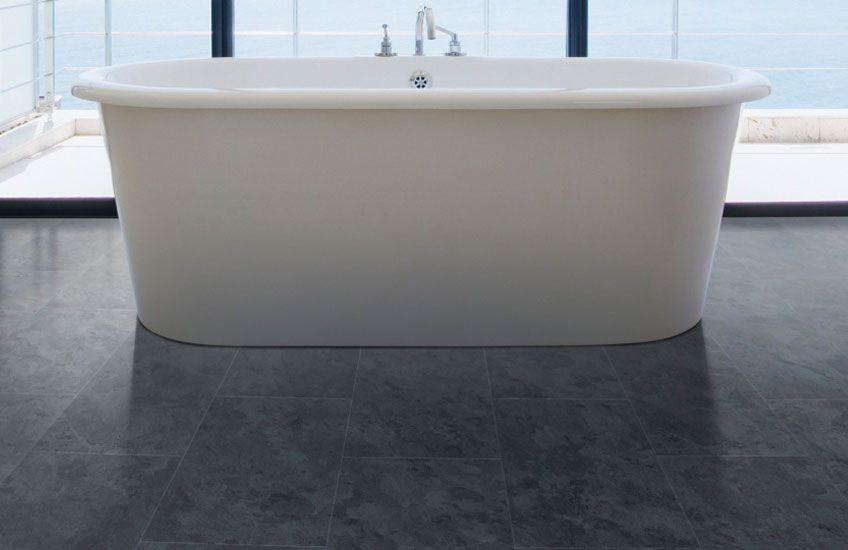 Deze pvc tegel vloer met betonlook past zowel in een modern