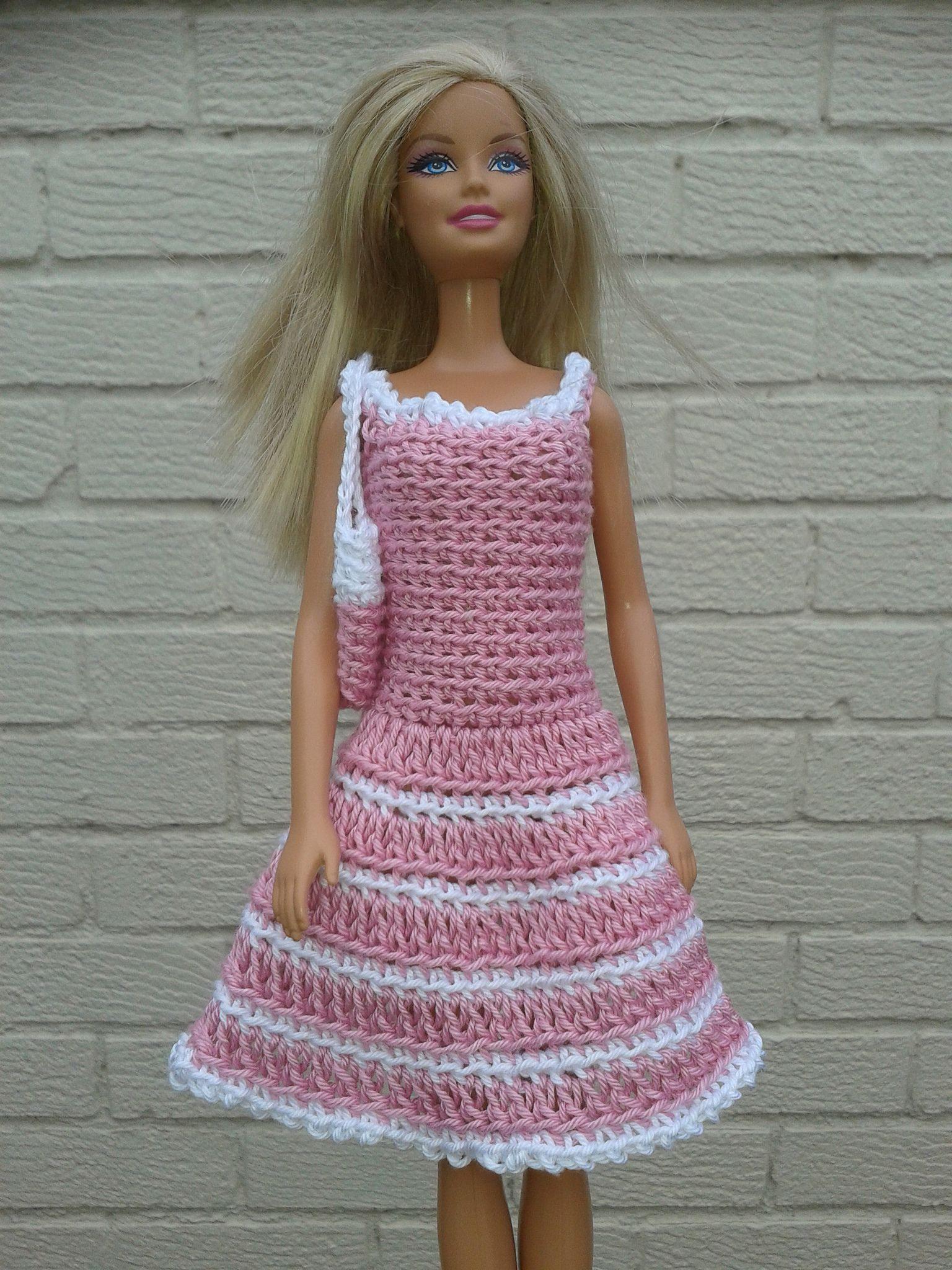 barbies crochet dress and bag | Puppenkleidung häkeln, Gehäkelte ...