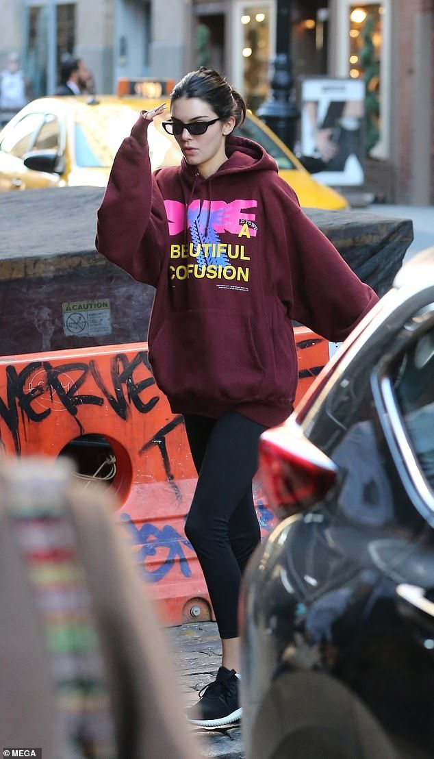 Kendall Jenner setzt im NYC-Fitnessstudio auf Bequemlichkeit in einem burgunderfarbenen Pullo… – Street Style