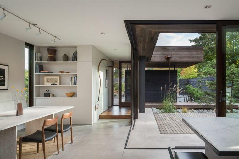 Une cour intérieure faisant partie de cette maison ultra moderne à