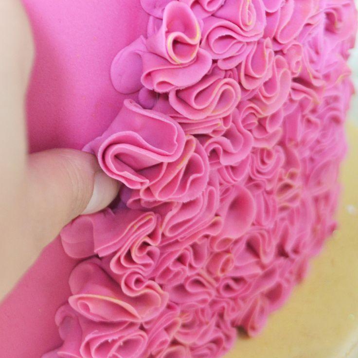 How To Make Circular Ruffles On Cake