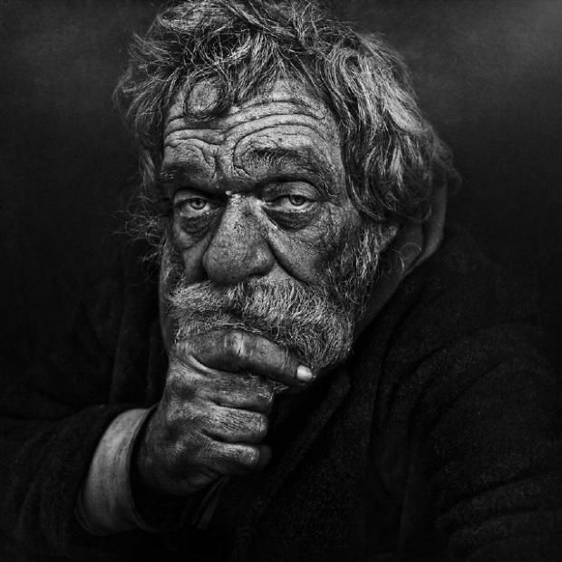 Уникални черно-бели портрети на бездомници