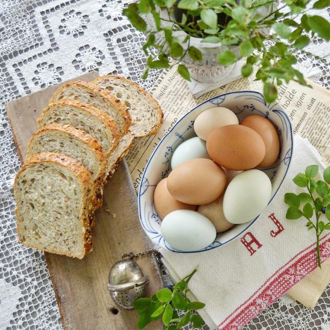 God morgen ☀️ Lite er vel bedre enn å starte dagen med Risørbrød fra byens bakeri og egg fra egne høner 🐓😋