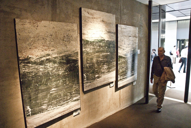 Le opere di Mattia Luparia in esposizione. Nell'ingresso un fantastico trittico.