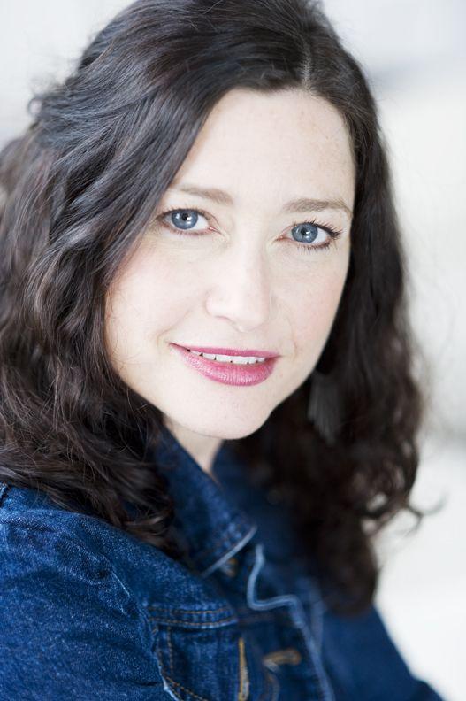 Dina Goldstein is een Canadese fotograaf die beroemd werd door haar spraakmakende kijk op gebeurtenissen in het leven. Zo maakte ze series als 'Fallen Princesses' en 'In the Dollhouse' die gaan over sprookjes zonder happy end. Dit doet ze om de onrealistische beelden te doorprikken. Sprookjes krijgen te maken met armoede, kanker, obesitas, alcoholisme en ander onheil.