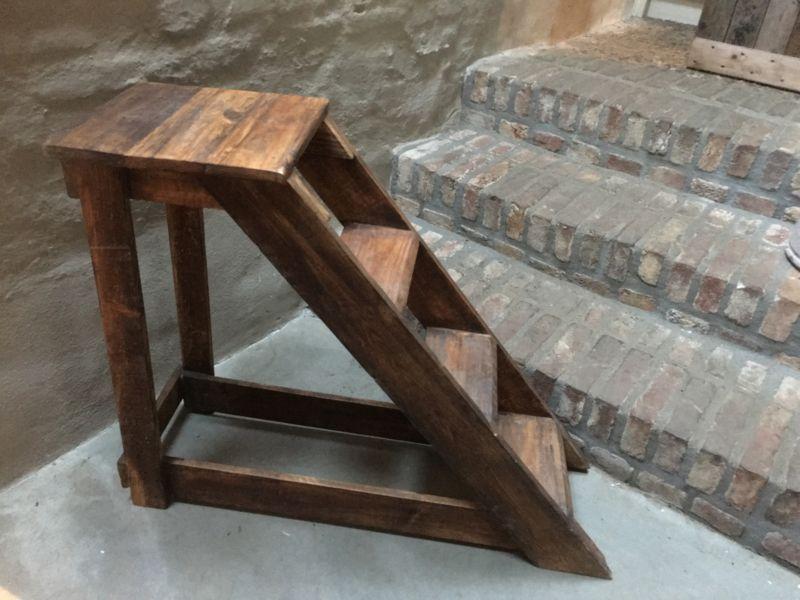 Houten trap trapje opstap opstapje kruk stoel decoratie gebruik tafeltje landelijk stoer hout - Decoratie houten trap ...
