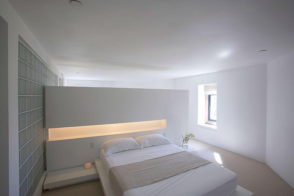Soort nachtkastje in de muur achter het bed interior design