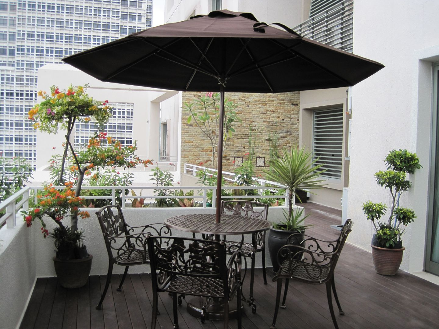 Balcony furniture ideas - Awesome Elegant Balcony Deck Design Inspirations Awesome Elegant Balcony Deck Design With Black Chair And Modern Umbrella Designa Nd Green