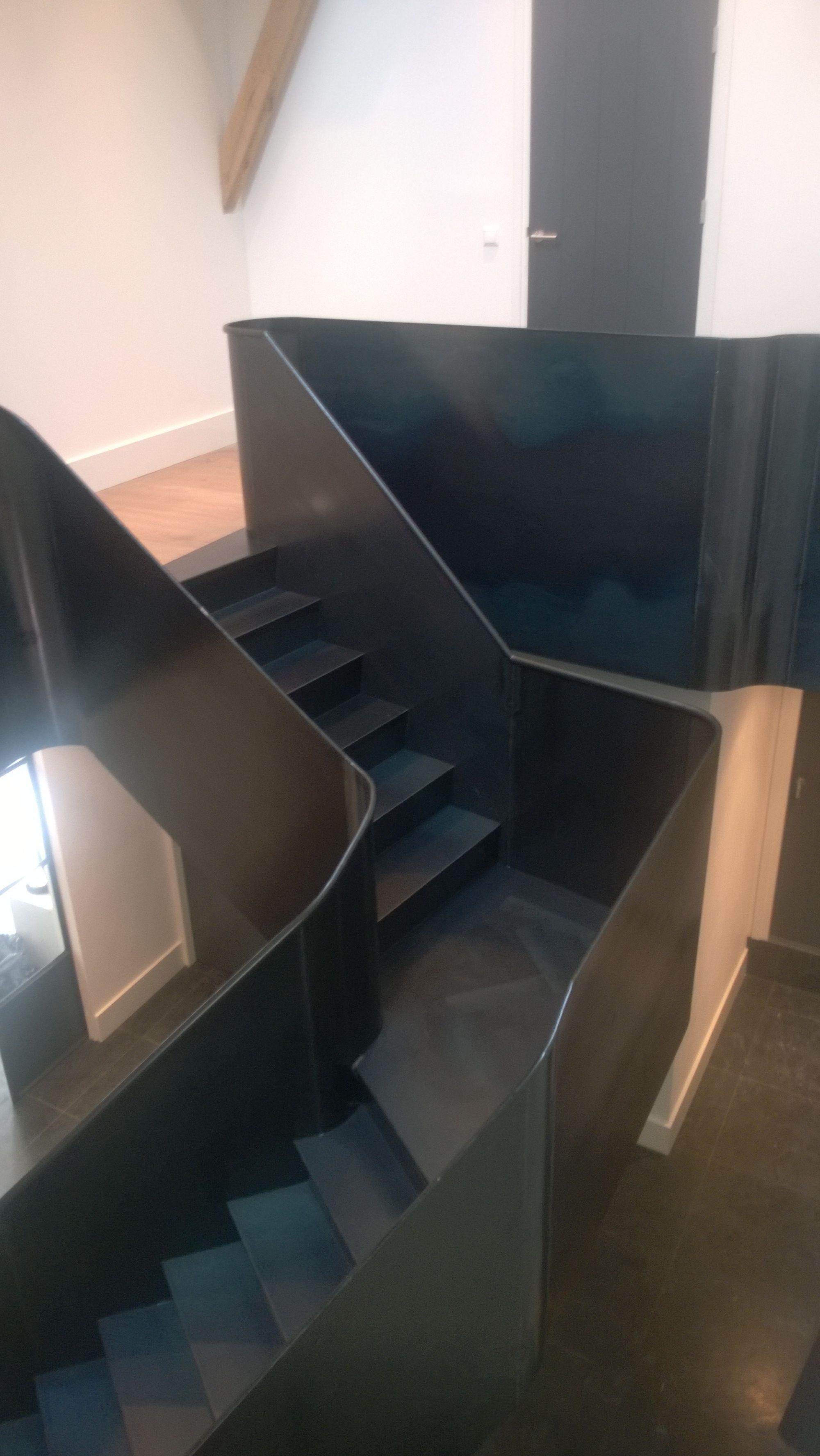 Vanstaal trap ontwerp en realisatie volledig blauwstaal met op het bordes een stalen vloer met - Interieur ontwerp trap ...