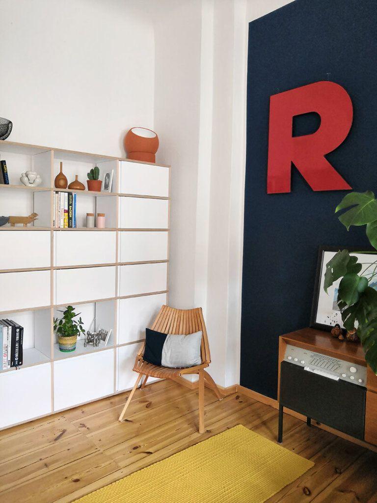 Fantastisch Design Und Interior Im Regal Im Altbau Wohnzimmer Mit Einem Roten R An Der  Blauen Wand