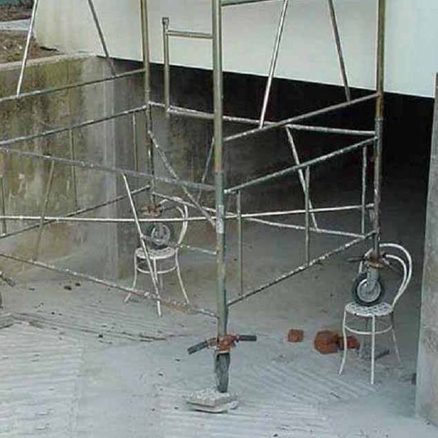 Poner este tipo de elementos en las bases de los andamios representa uno de los accidentes mas comunes a la hora de trabajar en alturas... NUNCA LO HAGA!  Mas información sobre seguridad sobre trabajo en alturas en:  http://cubiequipos.com/