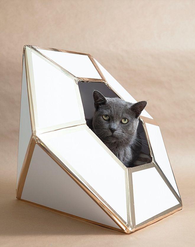 Au départ c'est une urne pour mettre les enveloppes cadeaux de mariage en forme de diamant... DIY giant diamond cat house