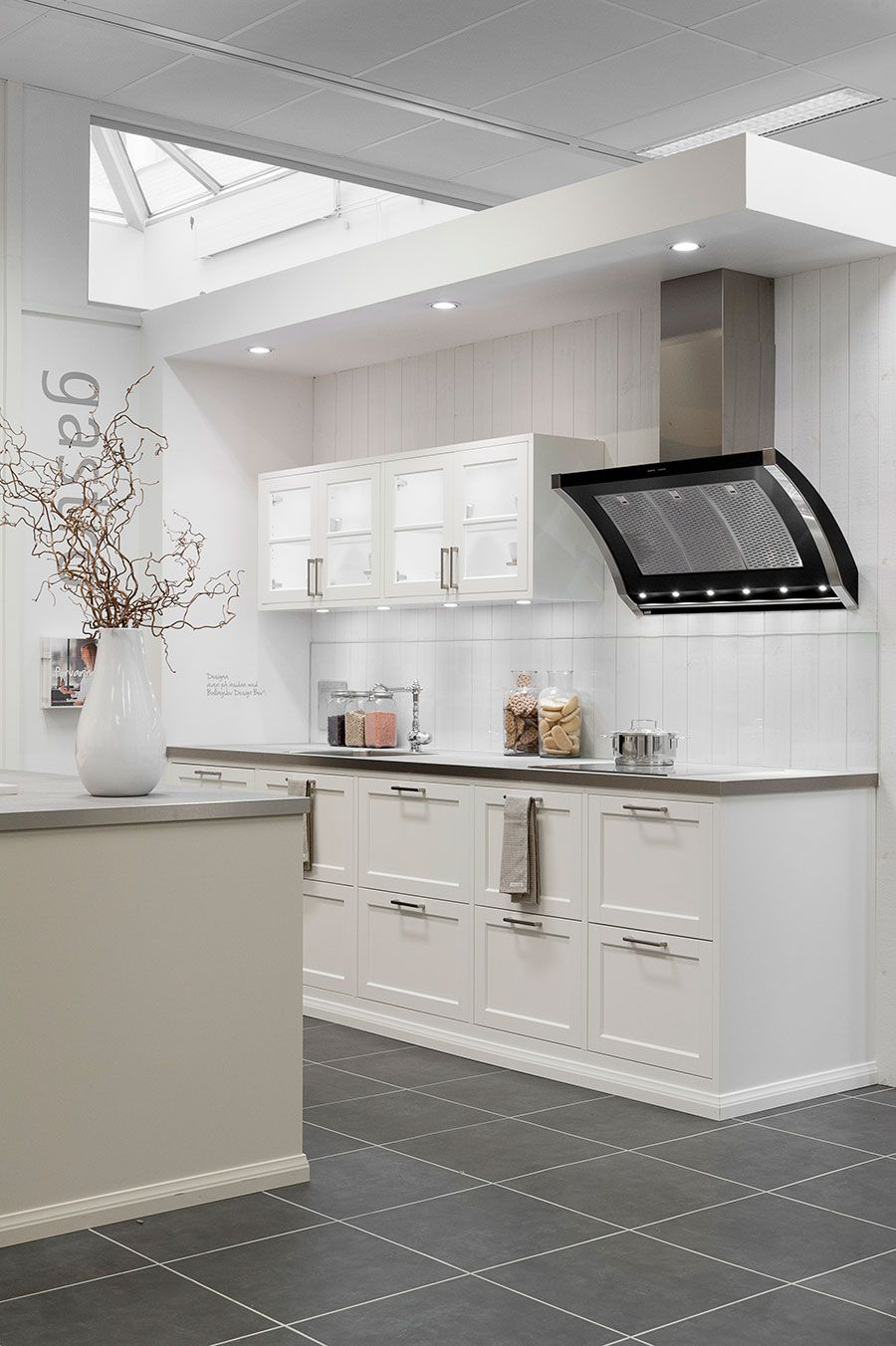 Ballingslöv - Kök i köksluckan Meny vit och bänkskivor i granit ... : bänkbelysning kök : Kök