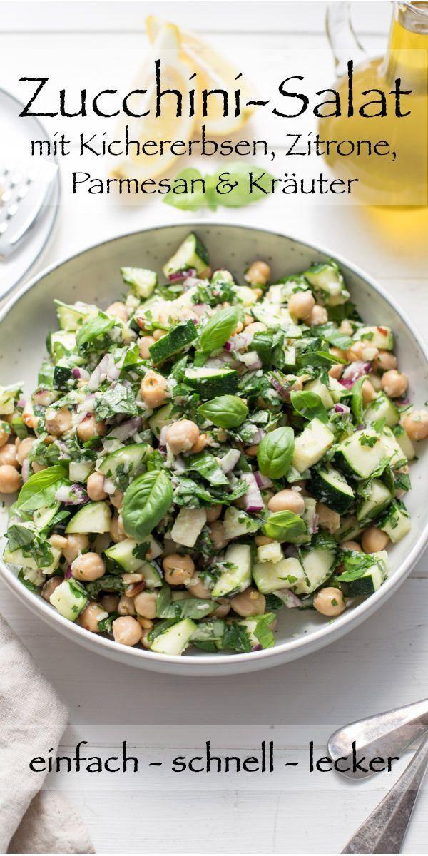 Dieses einfache Rezept für einen Zucchini-Salat braucht weniger als 20 Minuten für die Zubereitung. Der leckere Salat ist voller mediterraner Aromen und gesunden Zutaten wie Kichererbsen, frische Kräuter (Basilikum und Petersilie), rote Zwiebel, Parmesankäse, Pinienkernen und er wird veredelt mit einem leichten Zitronen-Dressing. #ellerepublic #salat #rezept #summer #einfach #schnell #lecker #vegetarisch