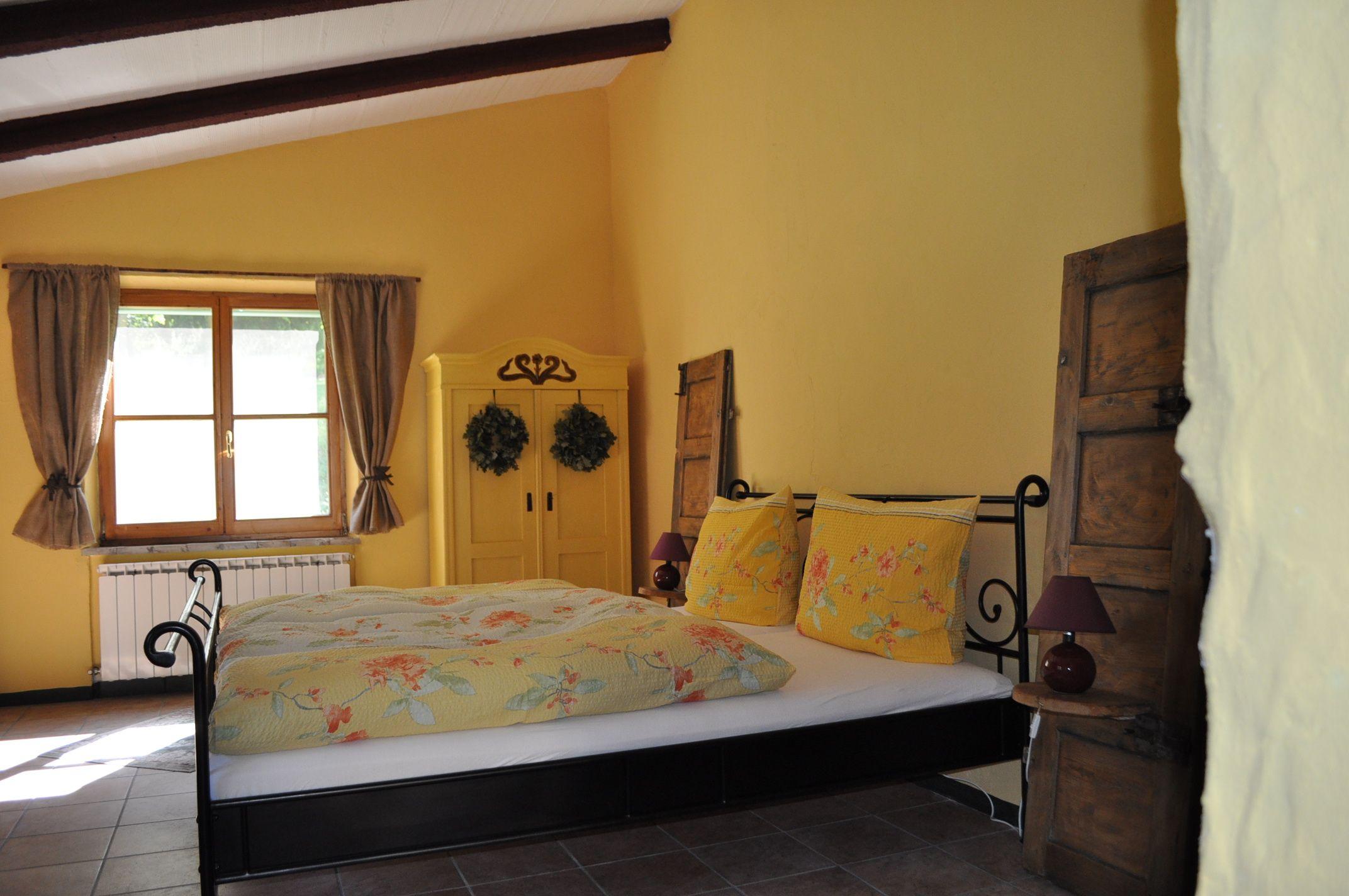 Italien Schlafzimmer ~ Schlafzimmer mit alten klappläden als nachttisch vom ferienhaus