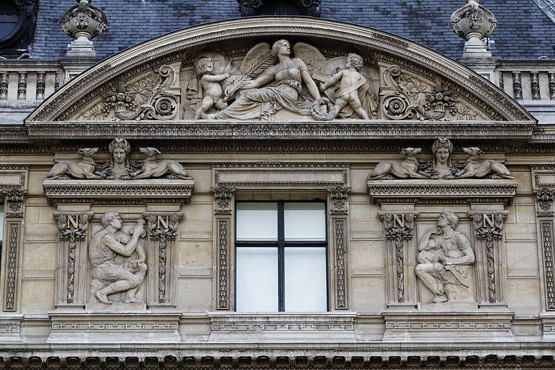 le Louvre - un des nombreux frontons