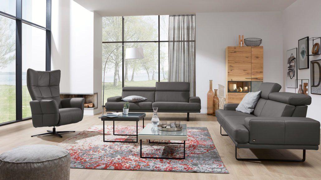 Du Hast Ein Dunkles Sofa Dann Setze Mit Einem Teppich In Deinem Wohnzimmer Farbklekse Interlivingwohnzimmerserie4152 Teppiche Dunkles Sofa Wohnen Wohnzimmer