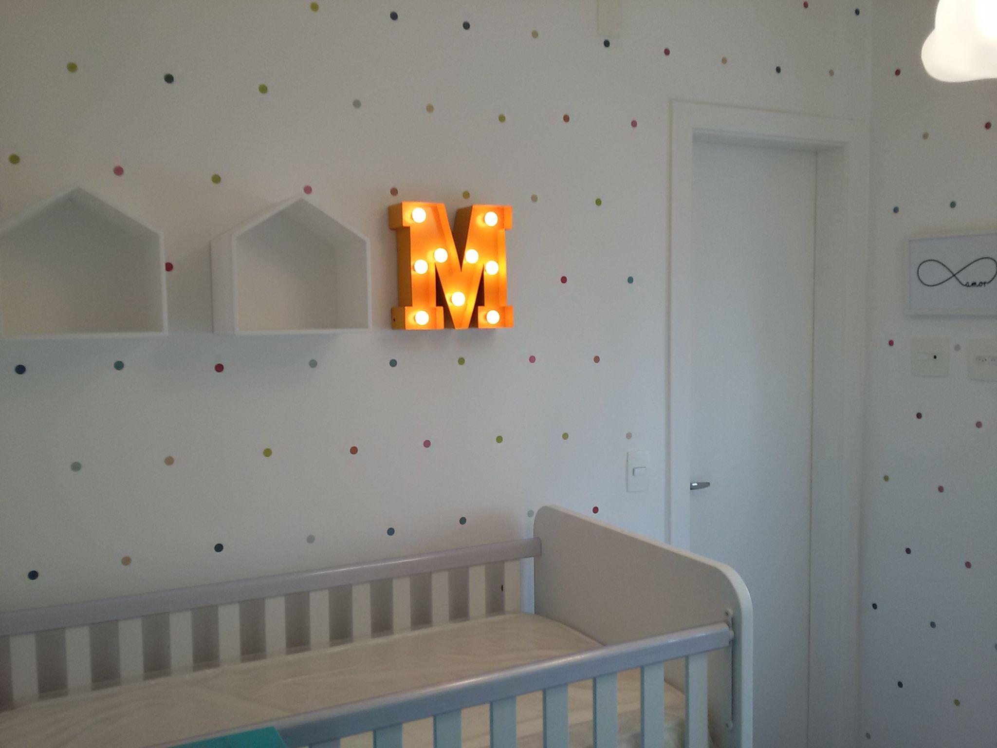 61685e7181 Quarto de bebê com bolinhas coloridas em adesivo e a letra da inicial do  bebê iluminado