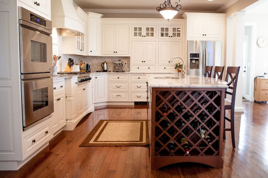 Dieses Traditionelle Offene Konzept Weiß Gemalt Küche Auf Holzböden  Funktionen Eine Kochinsel Mit Traditionellen Weinregal Gitter