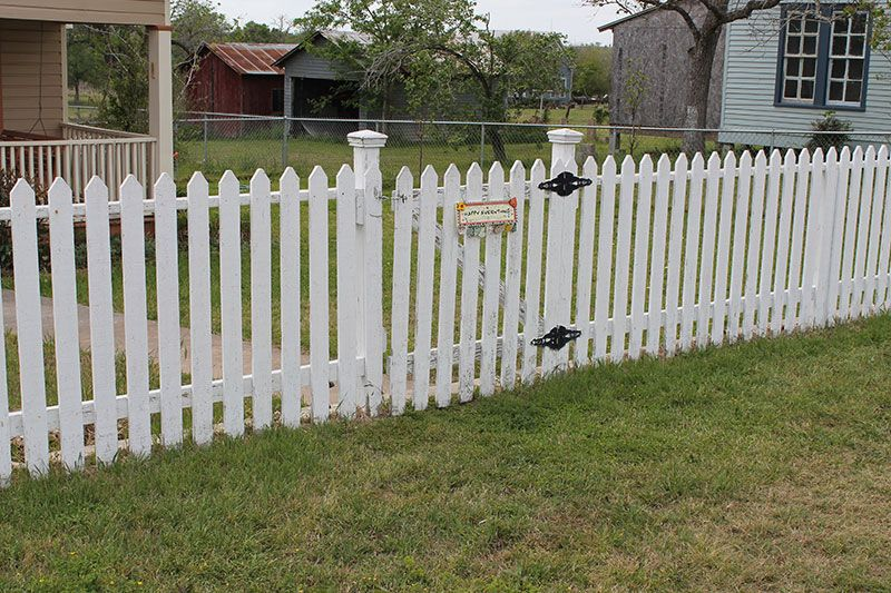 How To Build A Colonial Williamsburg Style Solid Picket Fence Garden Gates And Fencing Picket Fence Garden Gates