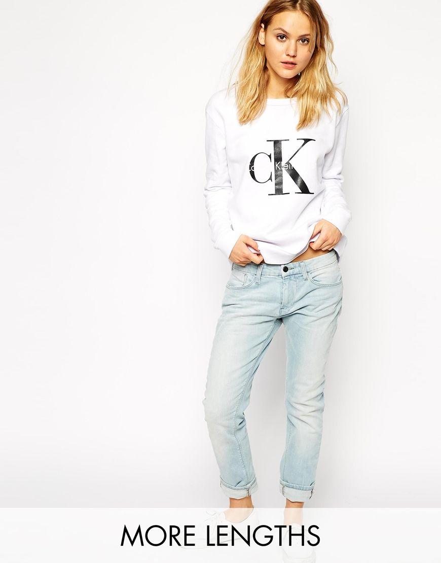Boyfriend-Jeans von Calvin Klein aus elastischer Baumwolle klassisches Design mit fünf Taschen Reißverschluss mit Knopf legere Boyfriend-Passform Maschinenwäsche 98% Baumwolle, 2% Elastan Model trägt UK-Größe 8/EU-Größe 36/US-Größe 4 und ist 176 cm/5 Fuß 9,5 Zoll groß