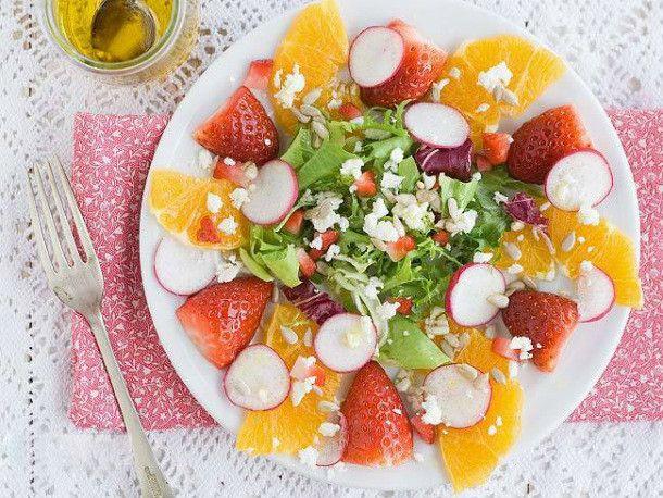 Ensalada de frutas.   Cómo degustar las fresas en casa más allá de la nata. Ideas y trucos para disfrutar de las fresas esta primavera. Recetas originales y vistosas