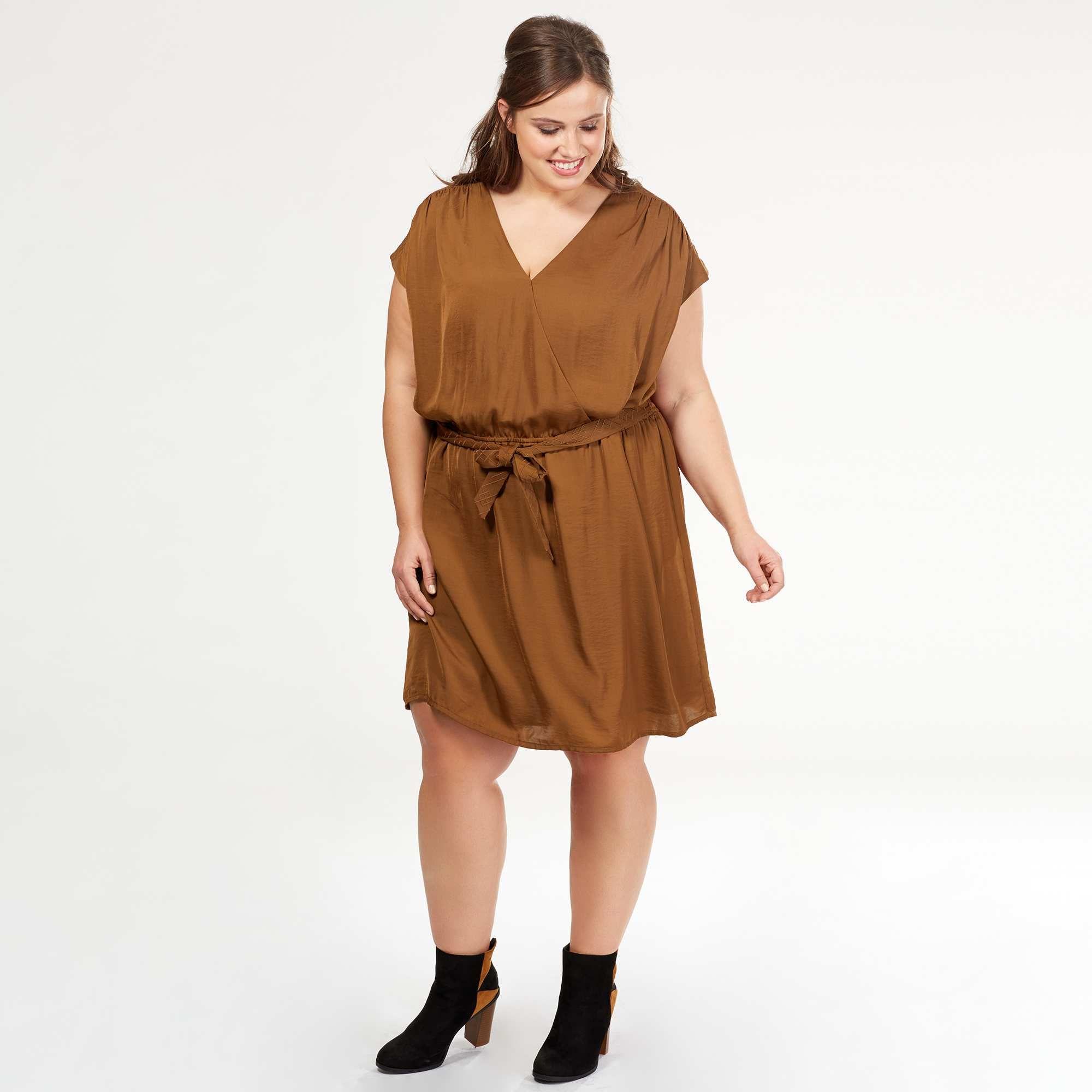 a5df53546cc Robe fluide drappée à ceinturer col cache-coeur Grande taille femme - Kiabi  - 25