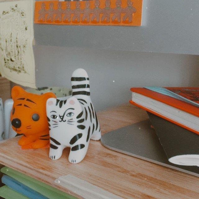 des petits pocket tigers qui font connaissance ! j'ai trop hâte de vous présenter la vidéo d'aujourd'hui ! 🙈 . . . #pockettiger #colorful #colorfulfeed #deco #decorationinterieur #decoenfant #cutedeco #cutedecor #tiger #figurine #gruniceramica #deskdecor #workspace #cute #kawaii #toys #childlike #childhood #buddies #buddy #animalfigure #figurineanimals #cat #catfigurine #cattoy #cats #kitten #catlover #atmydesk #happiness