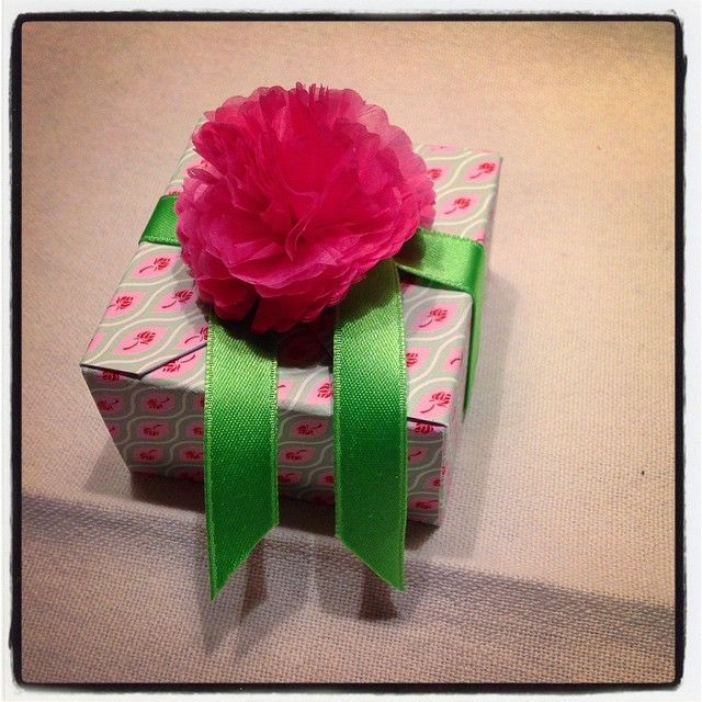 Tiny box in printed cardboard, with a silk paper peony on top. Good for spring!
