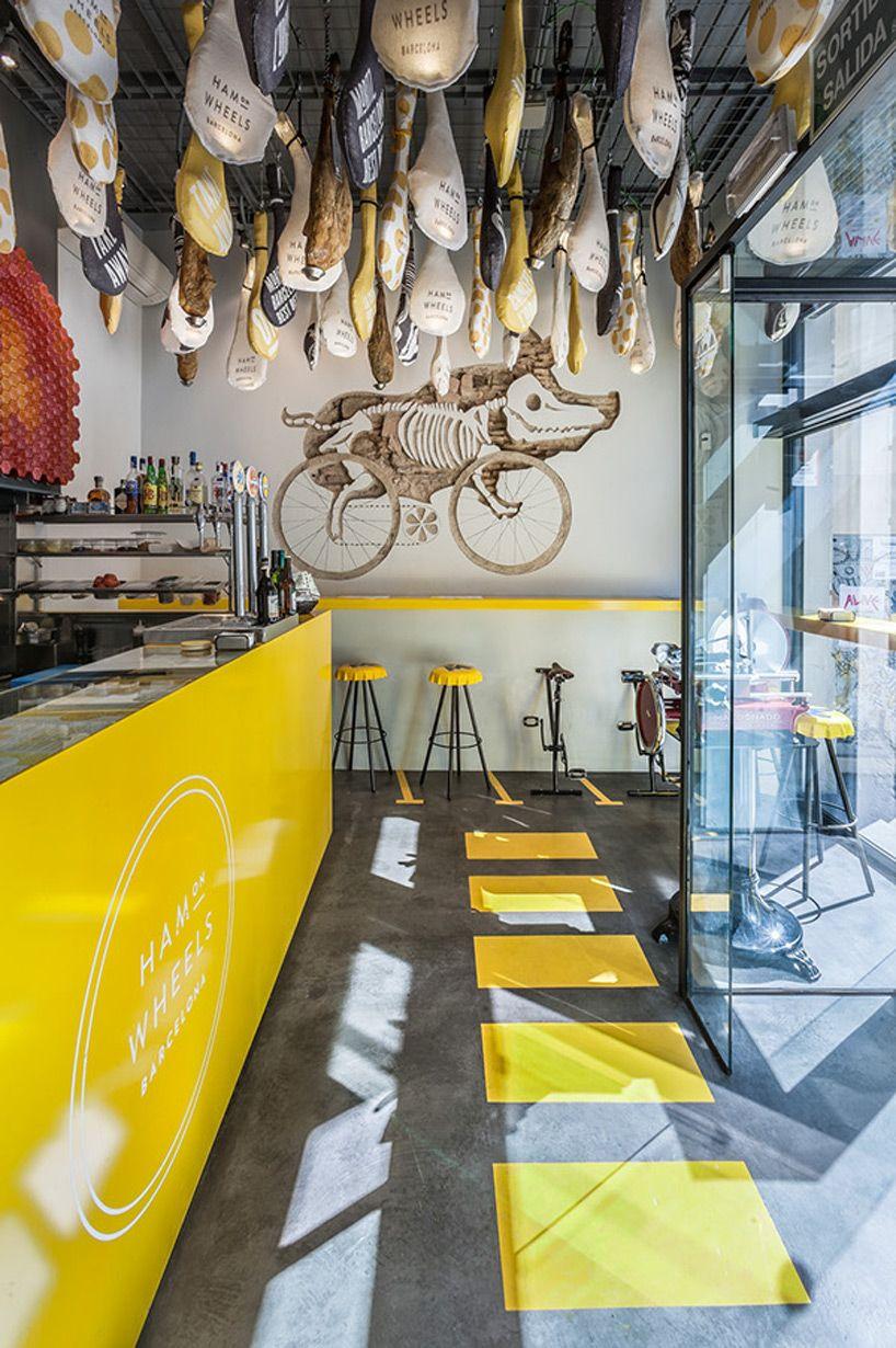 """O restaurante fast-food """"ham on wheels"""" (presunto sobre rodas) combina a cultura da bicicleta com cozinha catalã. arquitetos Nacho Toribio, Carmelo Zappulla e Manuel Ateca; Projeto identidade: forma & co."""