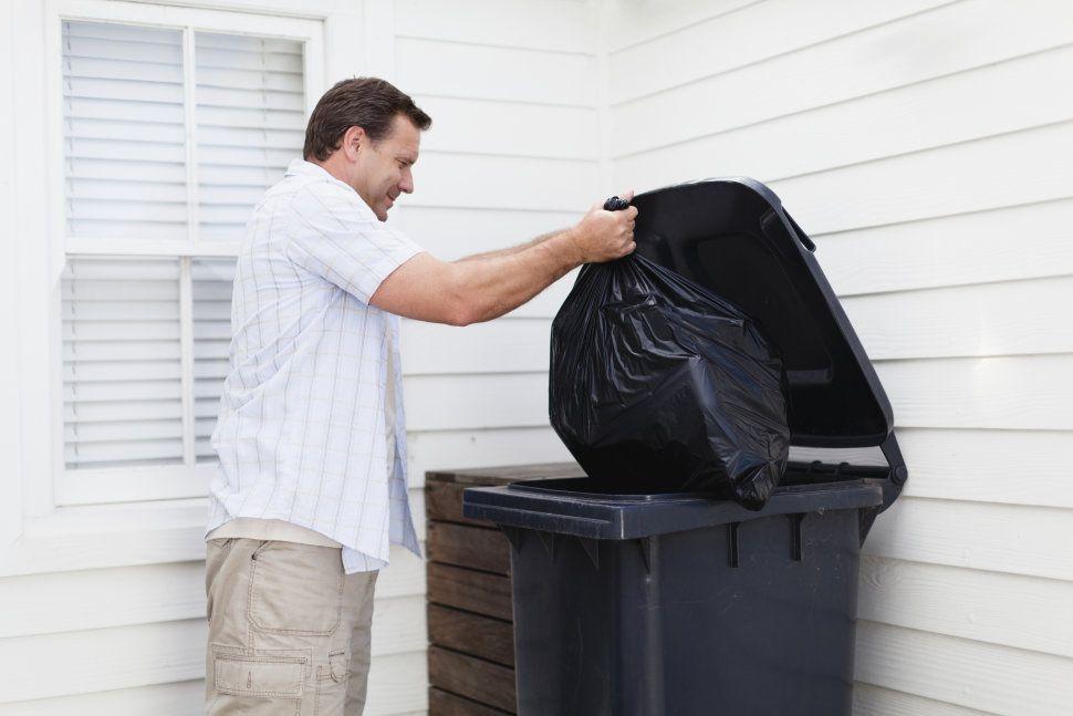 Mi padre tiene que sacar la basura.