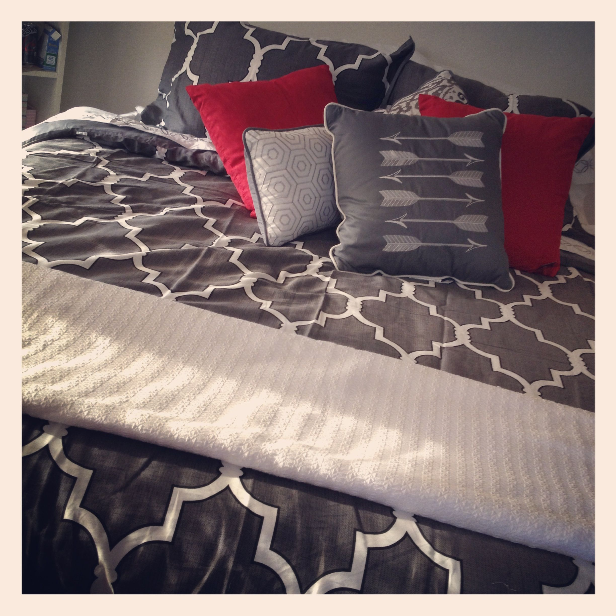 grey red white bedding i want pinterest white bedding bedrooms and room. Black Bedroom Furniture Sets. Home Design Ideas