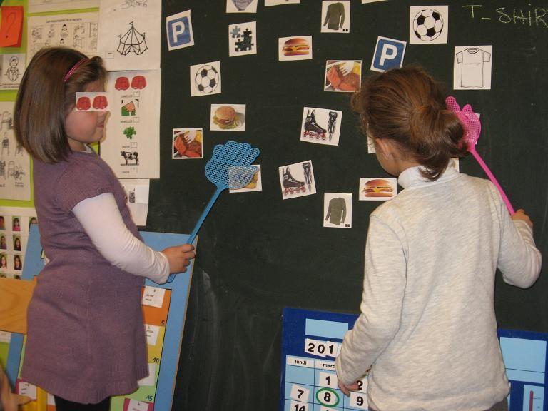 Wörter werden genannt Kinder schlagen auf Bild mit Fliegenklatsche