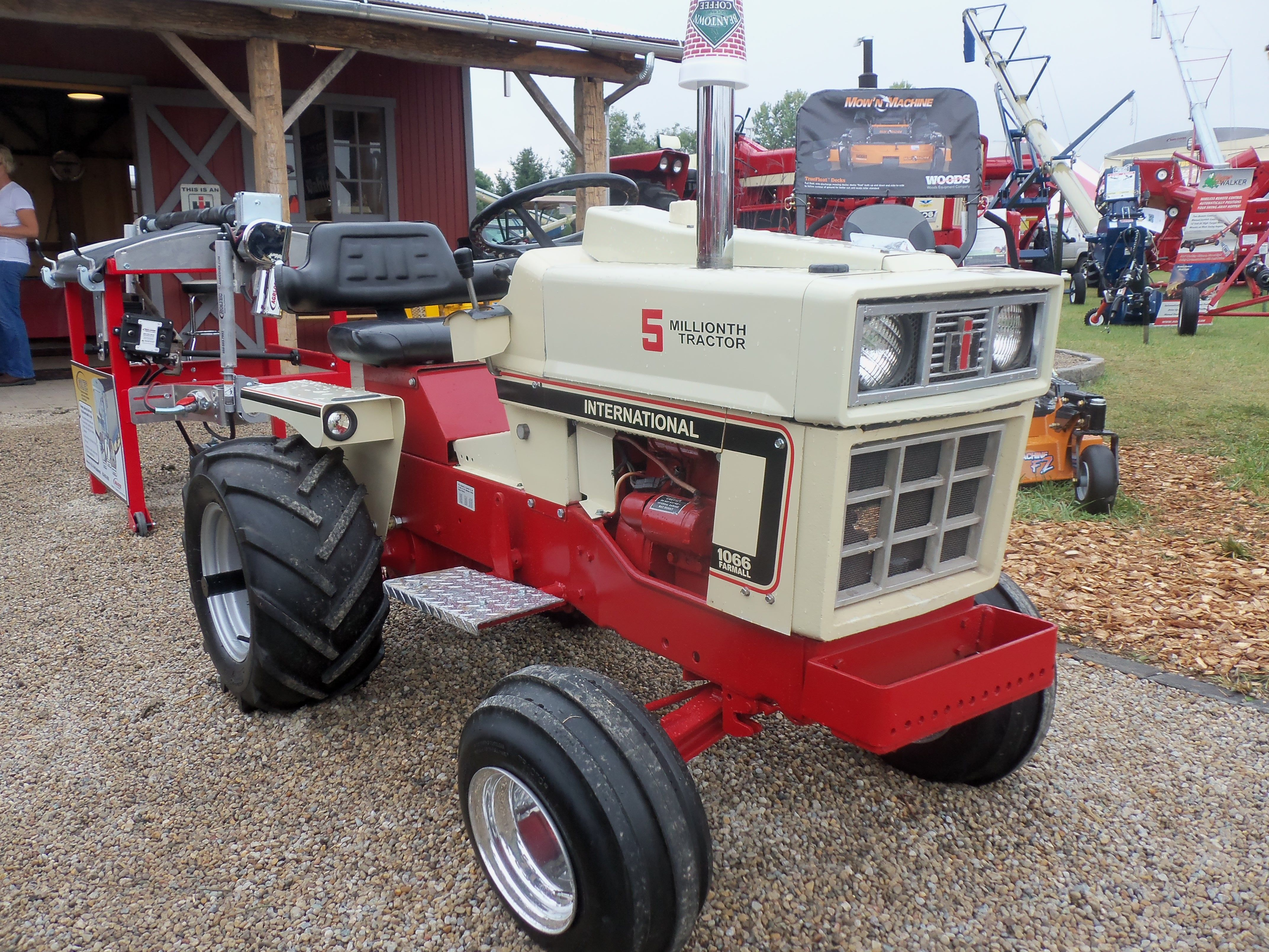 Nice little International garden tractor InternationalFarmall
