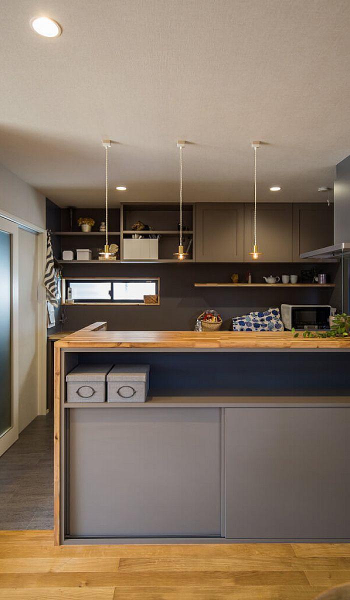 キッチン キッチンのカップボードとカウンター収納はアンティーク感を出した造作です カウンターにはアカシアの集成材を使用し 天然木ならではの個性的な表情や味わいが楽しめます キッチンデザイン キッチンカウンター おしゃれ