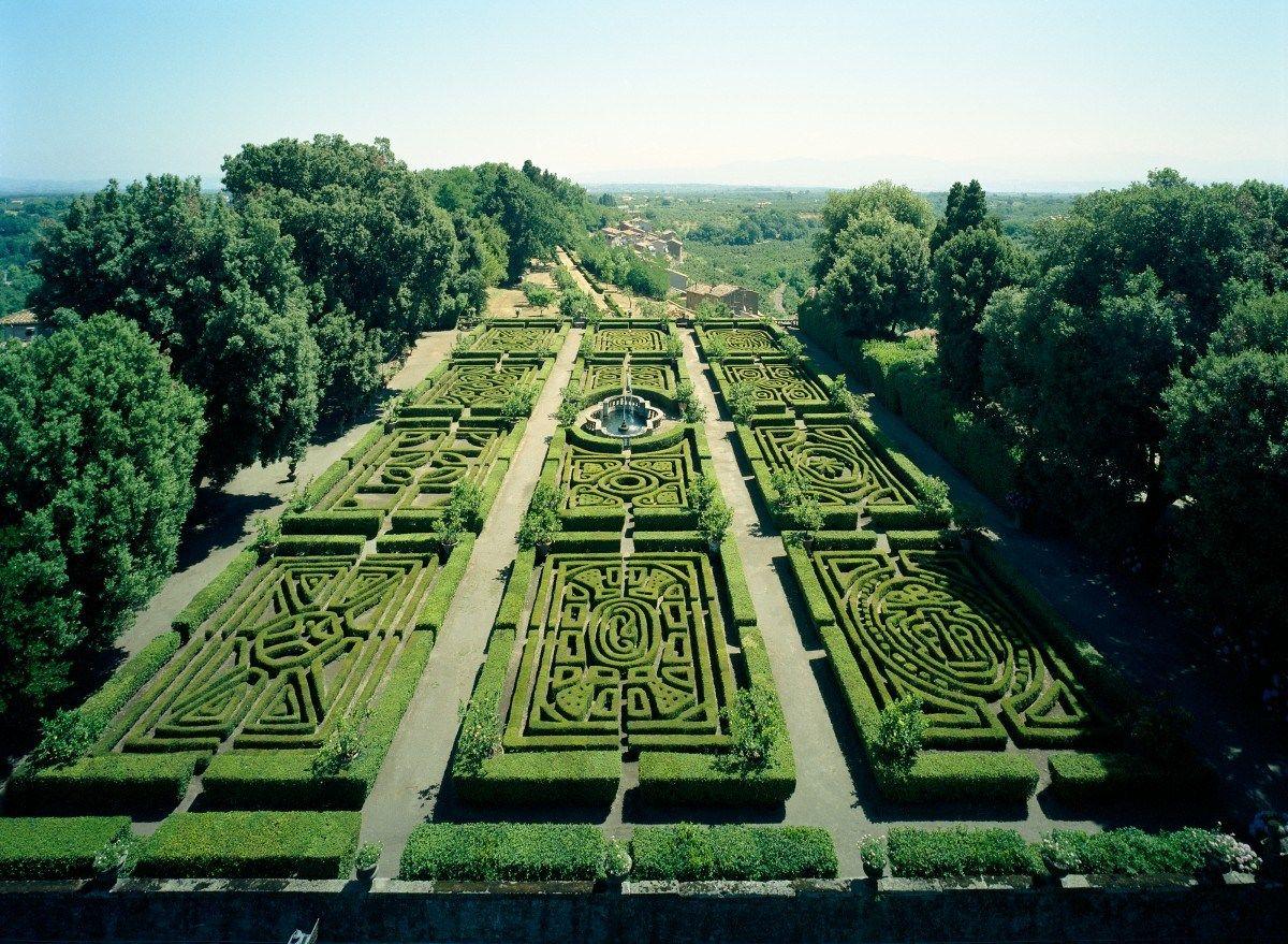 Nunca llegué a creer que los jardines Renacentistas no tuvieran flores. ¡Inconcebible! Acaso el verde de la topiaria no es el contrapunto perfecto.