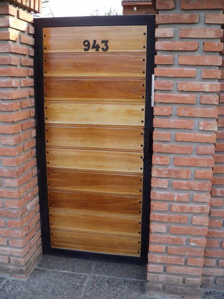 Puerta jardin pinterest herrer a rejas y puertas for Puertas de madera con herreria