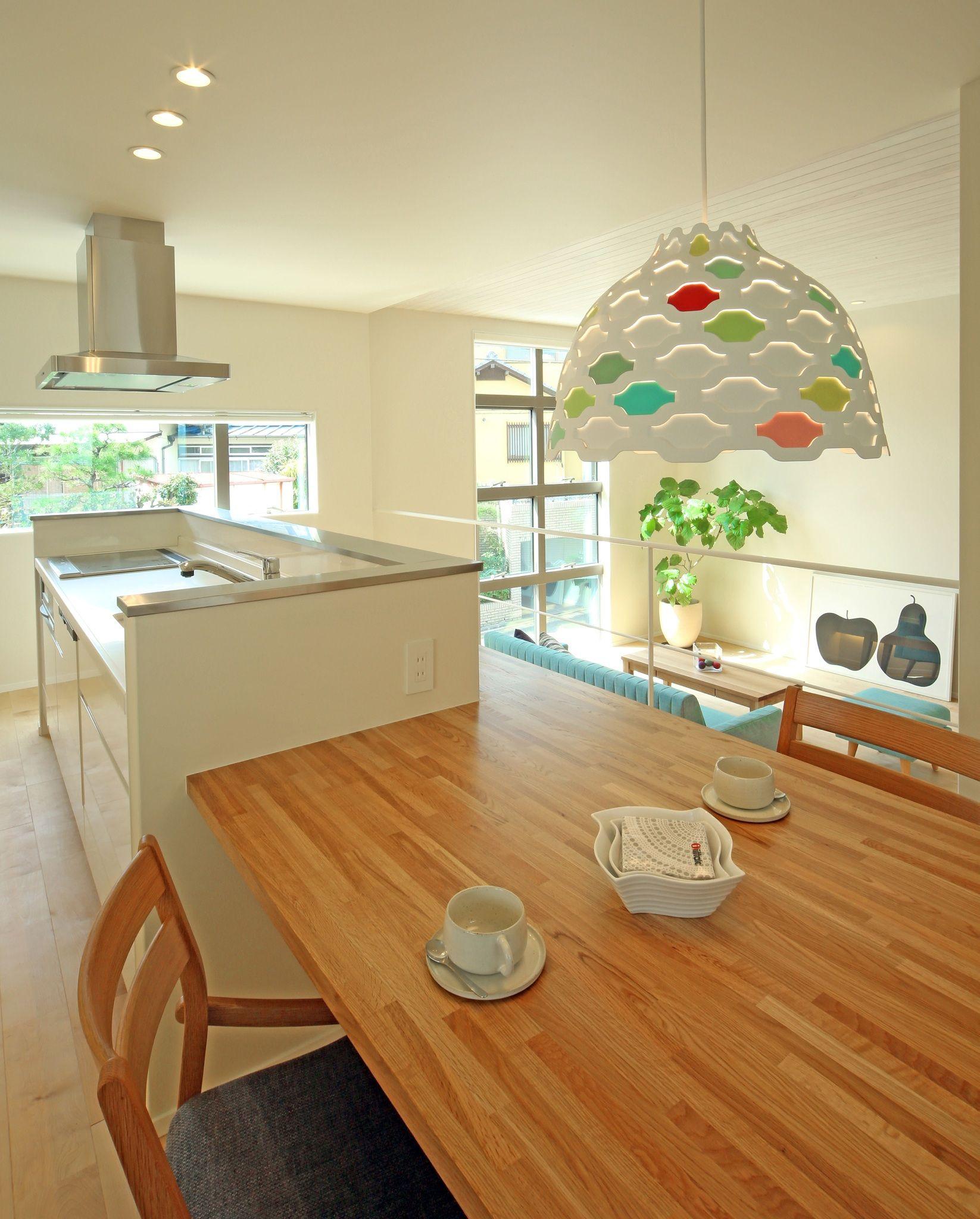 キッチンとテーブルが横並びに また ソファスペースも 大きな窓の外