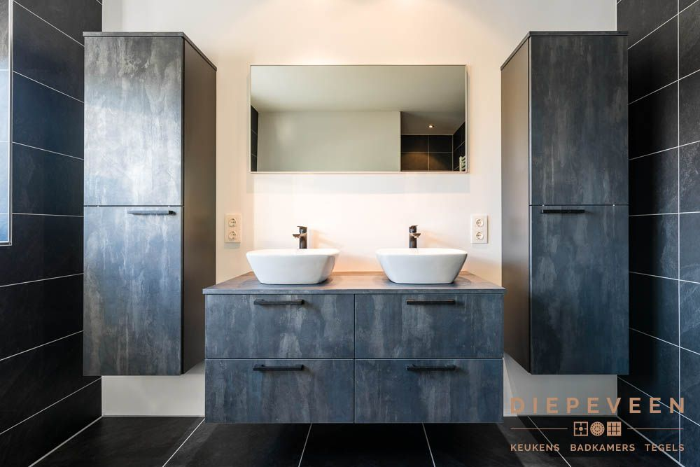 Losse Tegels Badkamer : Prachig meubel in de kleur blauwstaal met twee losse kasten erbij