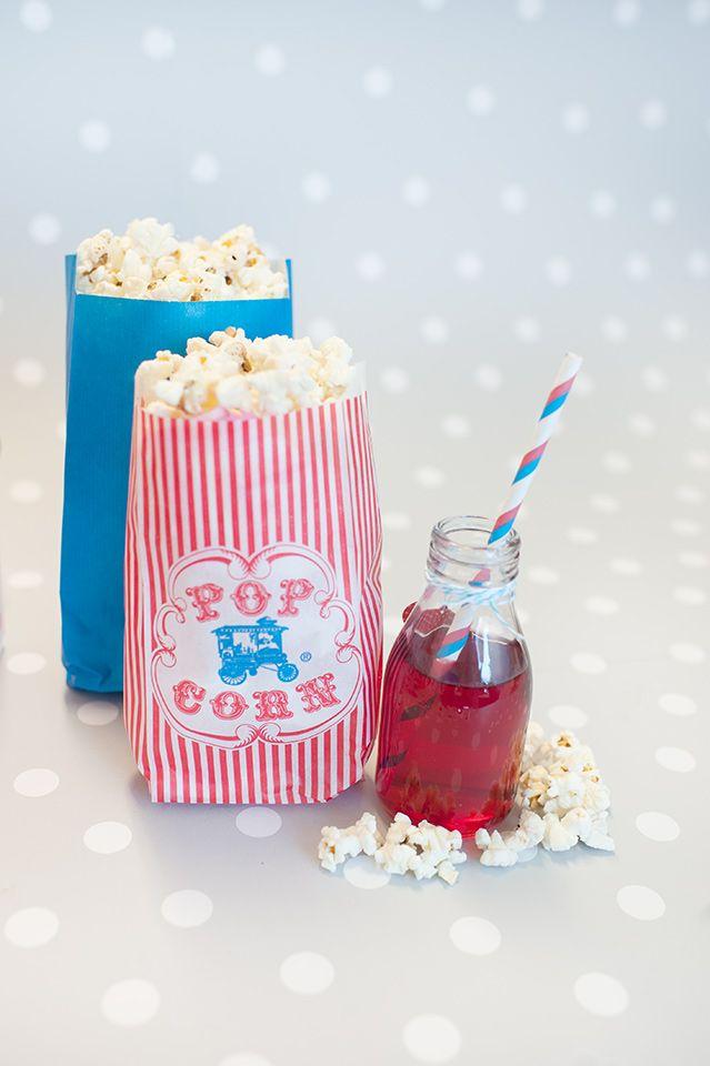 Decoración de fiestas. Bolsas de papel Popcorn. Botellita de cristal y pajita de rayas azules y rojas.
