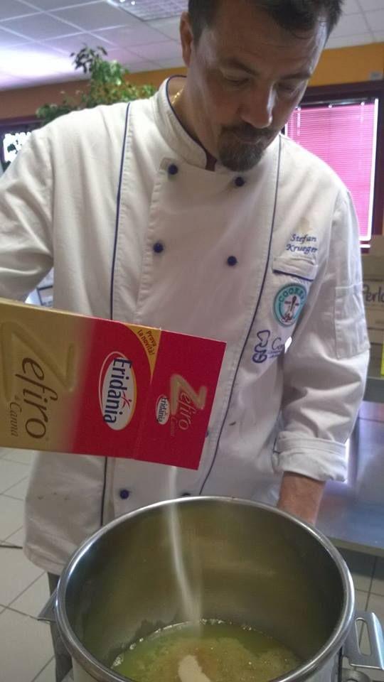 Il Maestro Stefan Krueger crea dolci meraviglie dai laboratori di Cookery Lab per gli showcooking di domani al #TuttoFood2015. #showcooking #food #recipes #event #cookies #muffin #StefanKrueger #pastry #pastrylab #Italy #Italia  @CookeryLab