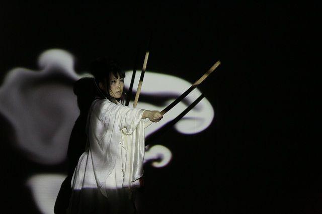 [ 月夜のオノコロ ] 舞/神谷美保子 プロジェクションマッピングの けむりの動きが神谷の舞にリンクする
