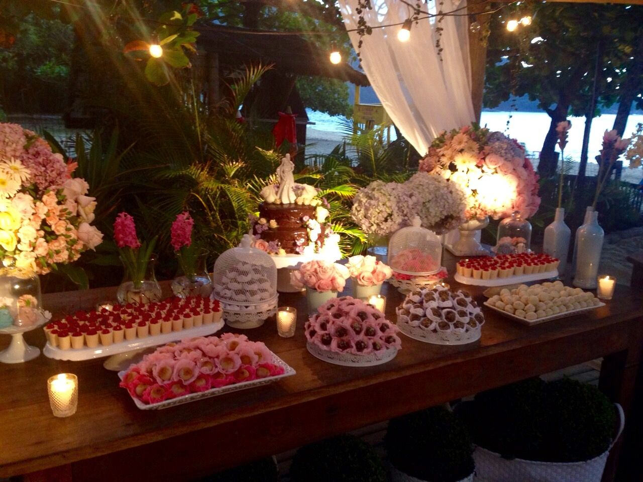 Casamento na praia. BARRACUDA, Toque-Toque Pequeno. Casamento Janaína e Fabrício. Decoração rosa e azul. Decoração: Santinha do Pau Oco. Assessoria: EZ Wedding